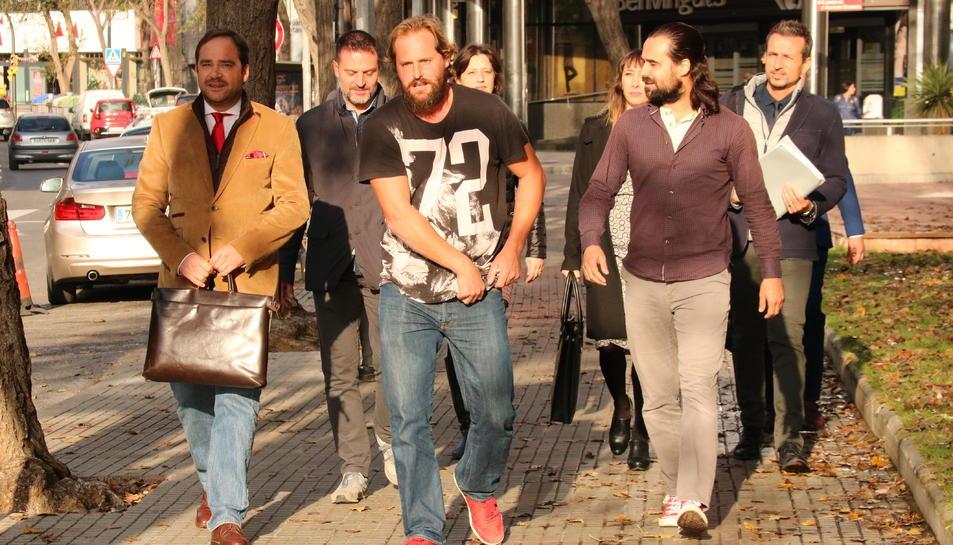 Els tres veïns de Mont-roig, acompanyats per lletrats del col·lectiu d'advocats voluntaris 1 d'octubre, arribant als jutjats de Reus.