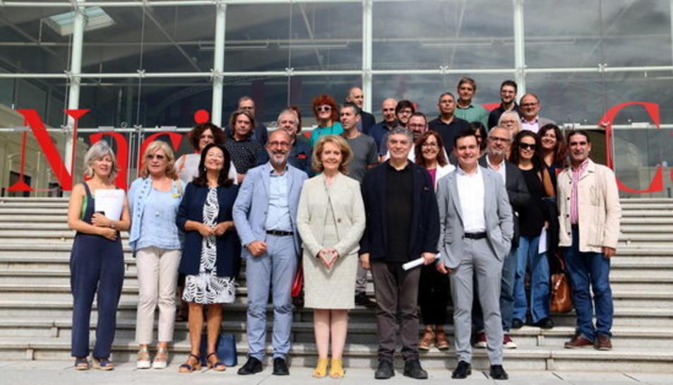 El director del TNC, Xavier Albertí, la consellera de Cultura, Àngela Vilallonga i altres membres del seu departament amb responsables municipals catalans que acullen la 'gira' del TNC.