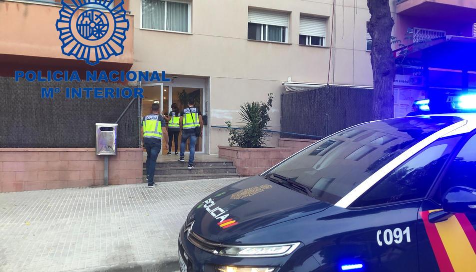 Imatge d'agents de la Policia Nacional actuant al pis en qüestió, situat al carre Josep Roqué i Tarragó.