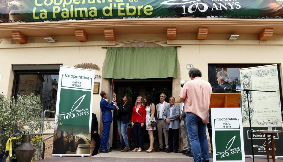 Pla general de la consellera d'Agricultura Teresa Jordà, acompanyada d'autoritats i dels responsables de la Cooperativa Agrícola de la Palma d'Ebre.