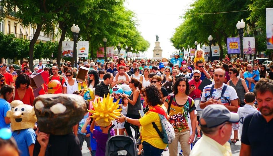 La Rmbla Nova de Tarragona de gom a gom durant el seguici de la Festa per a Tothom.