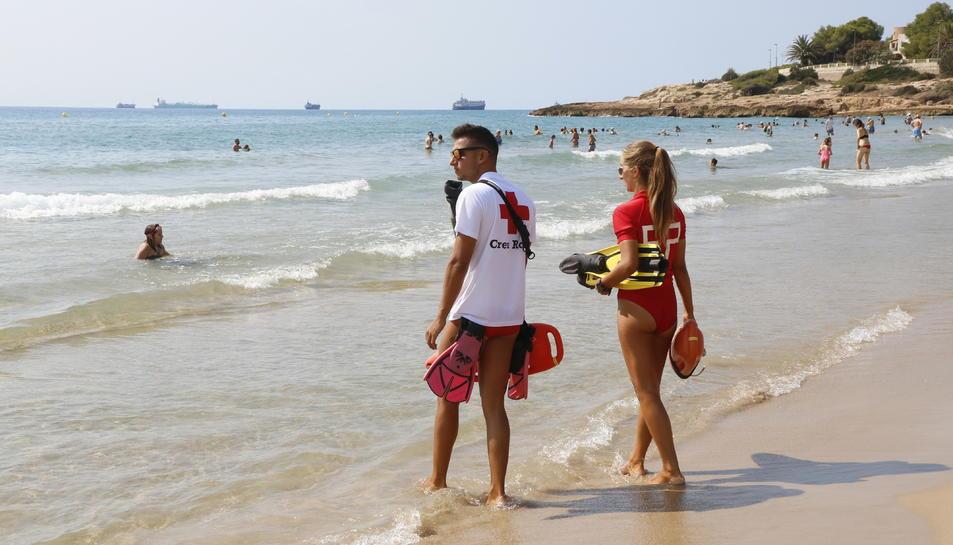 Dos socorristes vigilen la platja de l'Arrabassada el passat 22 d'agost.
