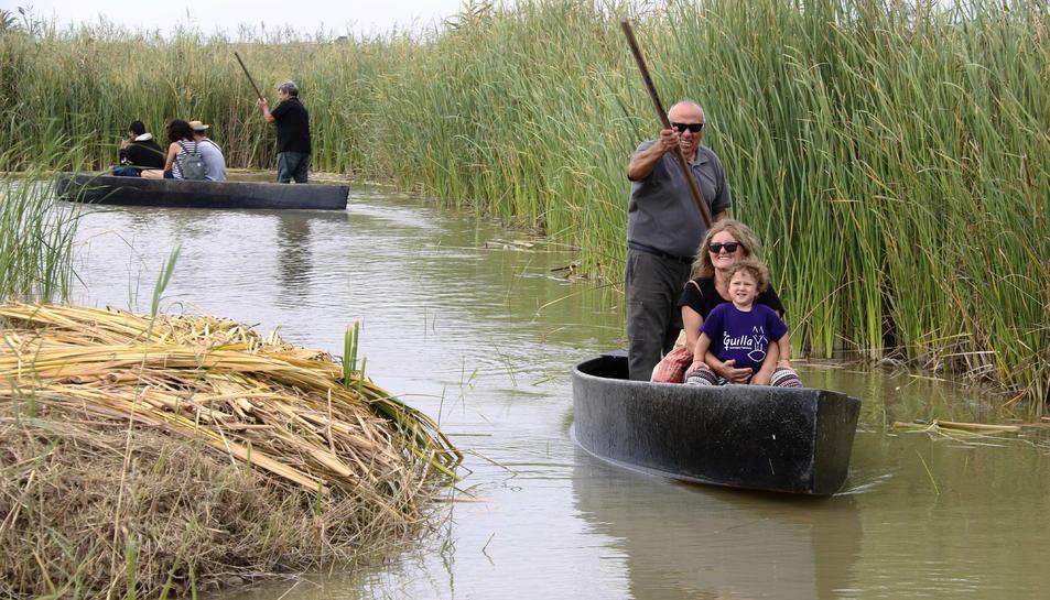 Pla general dels visitants passejant en una en barca durant la festa de l'arròs de Deltebre. Imatge del 15 de setembre del 2019 (Horitzontal).