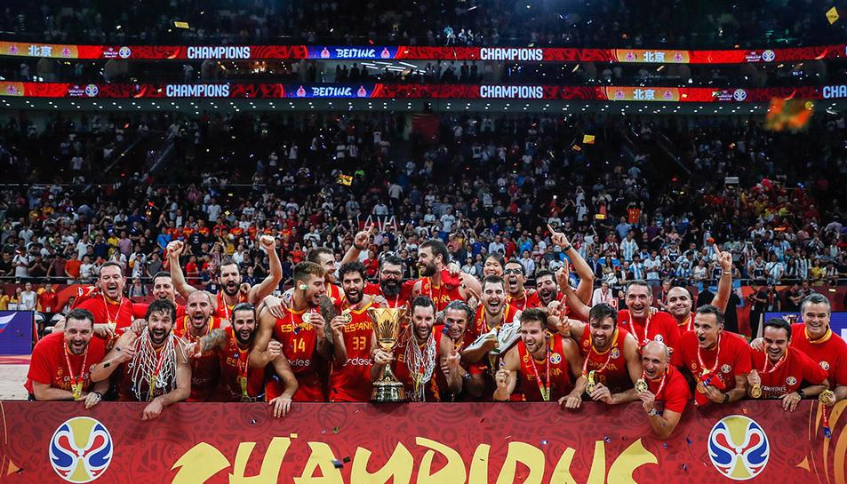 Els jugadors d el selecció espanyol de bàsquet celebrant el títol munidal aconseguit a Pequín.