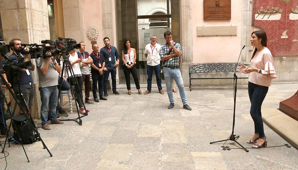 La líder de Cs a Catalunya, Lorena Roldán, atenent els mitjans de comunicació a Tarragona durant Santa Tecla