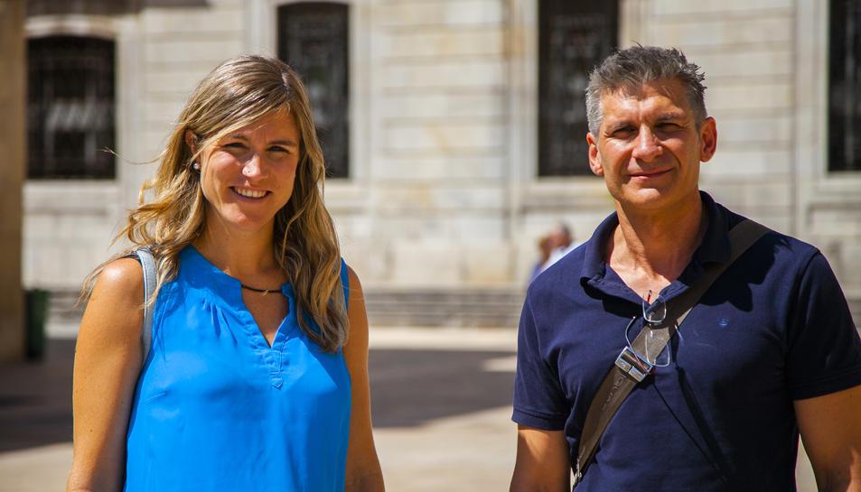 Teresa Lambea i Juan Muñoz, organitzadors de la jornada, a la plaça de la Font.
