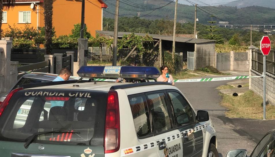 Vista de la zona precintada per el triple crim comès a la parròquia de Cordeiro de Valga.