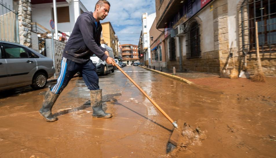 Una persona treballa en un carrer de la localitat toledana de Mora.