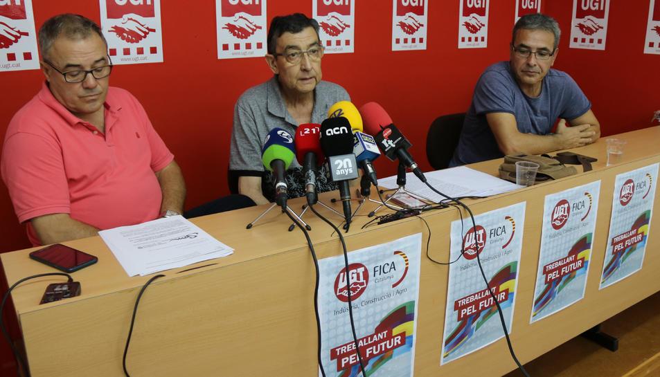 Pla general dels responsables de la FICA-UGT -d'esquerra a dreta: Lluís Calabuig, Paco Folch i Jordi Regolf- a la seu del sindicat a Tortosa.