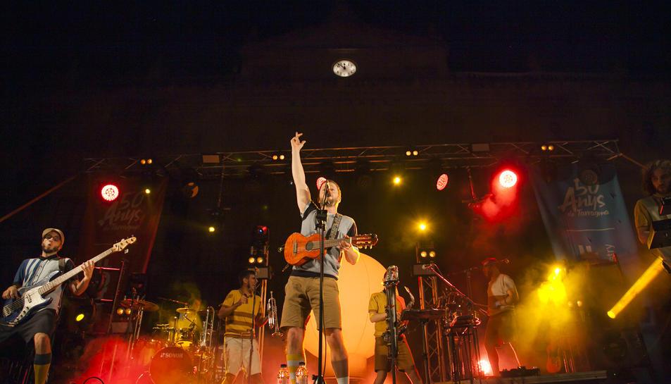 Un instant del concert d'Oques Grasses a la plaça de la Font.