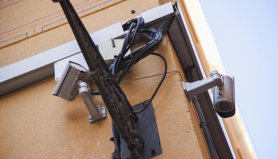 Una de les càmeres instal·lades a una façana d'un carrer a la Part Alta.