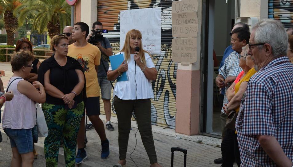 La vicepresidenta de l'associació, Montse Muñoz, explica la situació als veïns concentrats.
