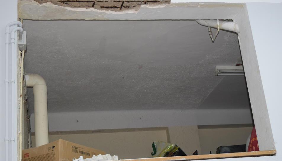 Estat del mur del local, després del despreniment d'un sector.