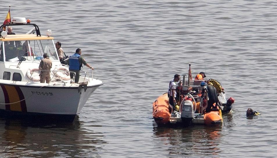 Bussejadors de la Guàrdia Civil durant les labors de rescat dels dos militars morts