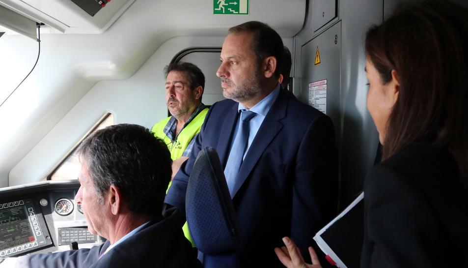 El ministre de Foment en funcions, José Luis Ábalos, a la cabina d'un tren en proves recorrent la variant de Vandellòs.