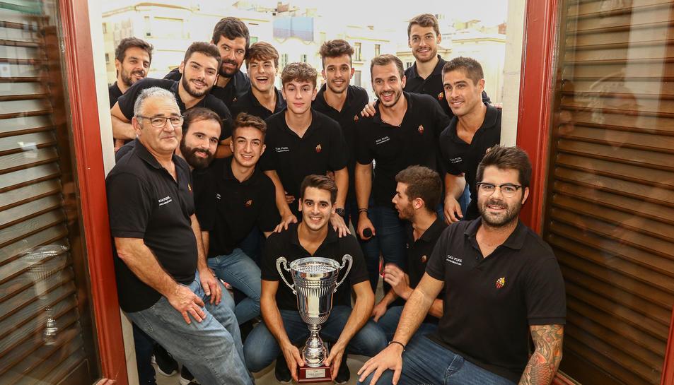 Els jugadors roig-i-negres d'hoquei patins s'han fet una foto amb la copa a l'Ajuntament.