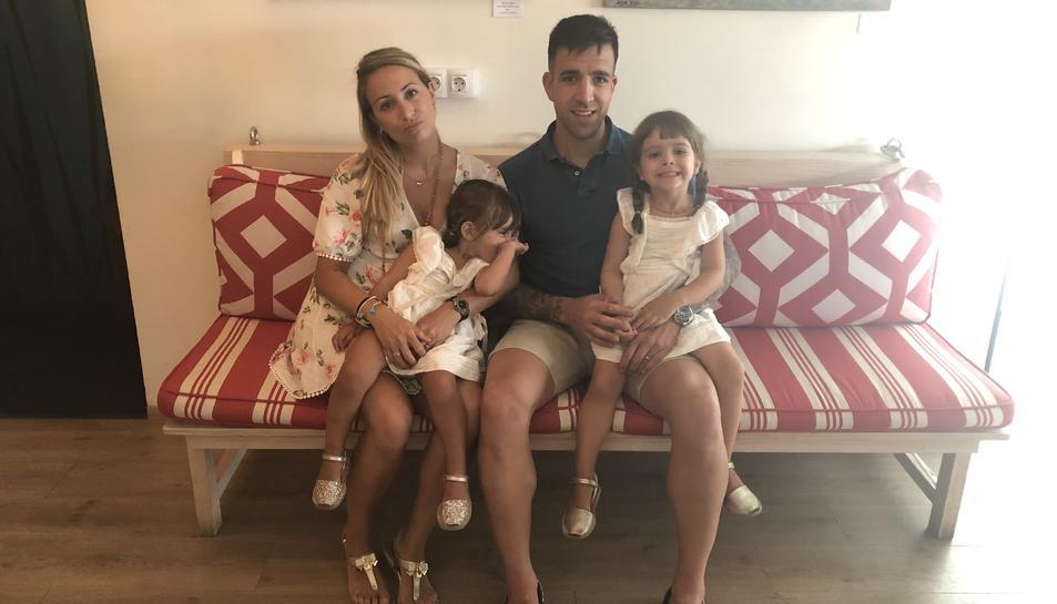La Laia Barceló amb les seves filles i el seu marit a la seva casa de Lisboa, on viuen ara.