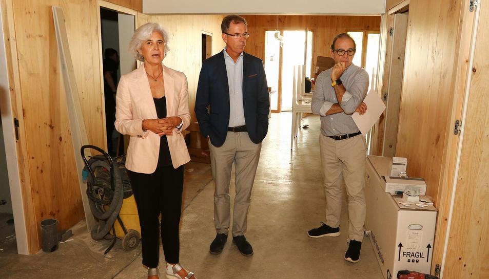 Els germans Margarita, Santi i Fèlix Oliva Vivar, de la Fundació Rosa Maria Vivar ahir al centre.