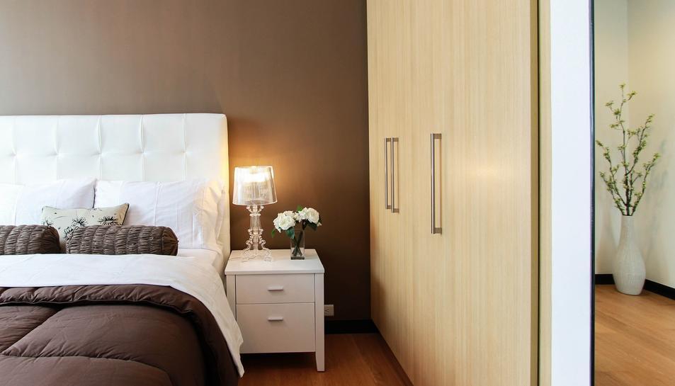 El dormitori pot tenir un aire renovat únicament canviant la funda nòrdica i els coixins.