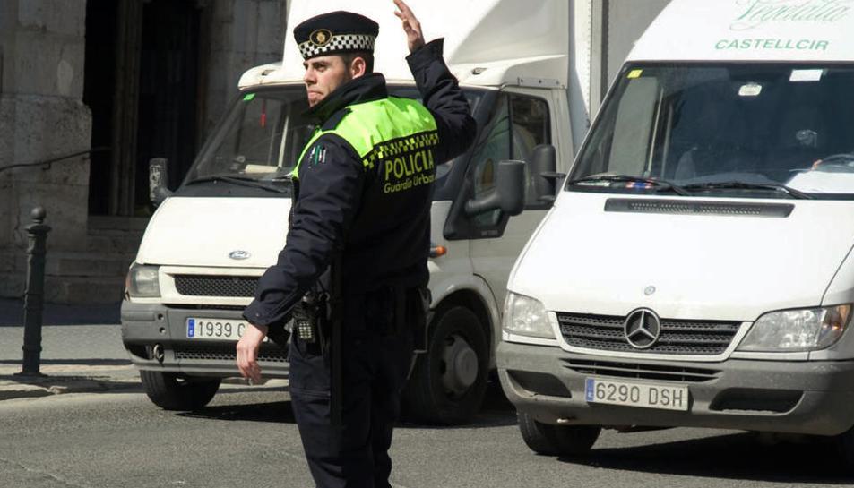 Imatge d'arxiu d'un agent de la Guàrdia Urbana de Tarragona, controlant el trànsit.