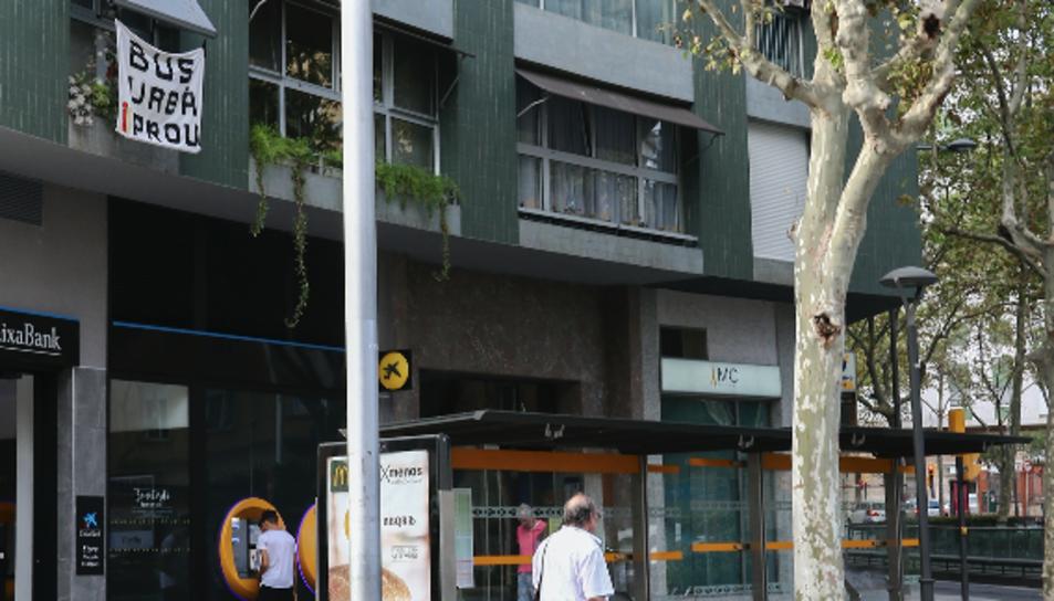 A un bloc penja des d'ahir una pancarta que diu «bus urbà i prou».