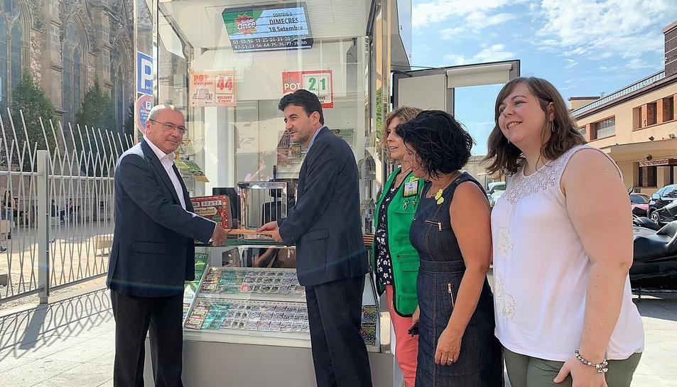 El quiosc s'ha presentat al carrer Prat de la Riba de Reus amb presència de l'alcalde de la ciutat, Carles Pellicer.