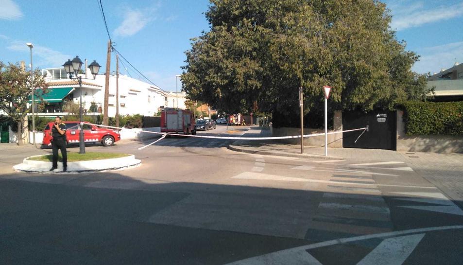 Imatge de l'exterior de l'hotel acordonat per un incident amb clor a Altafulla.