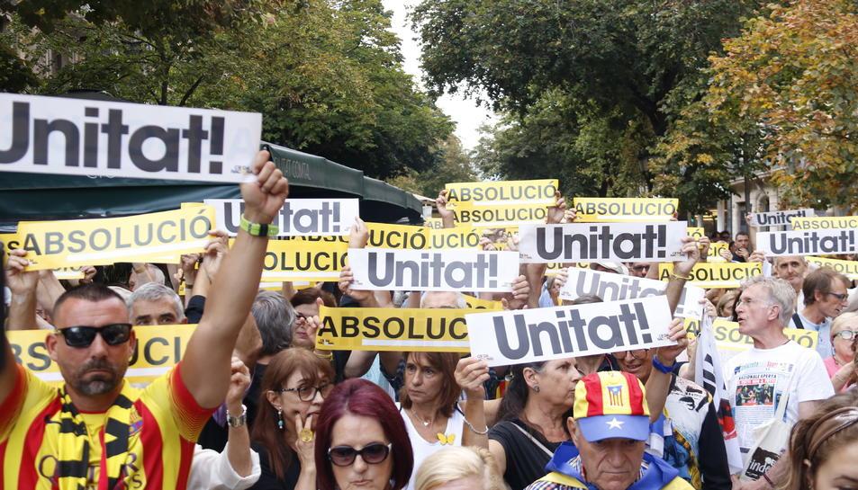 Participants a l'acte del 20 de setembre de 2019 de record de la concentració davant de la Conselleria d'Economia.