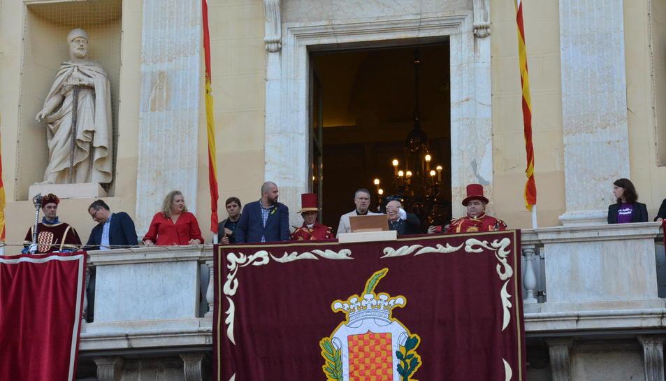 Imatge de l'Eduard Boada amb l'alcalde Pau Ricomà al balcó de l'Ajuntament de Tarragona durant el pregó.
