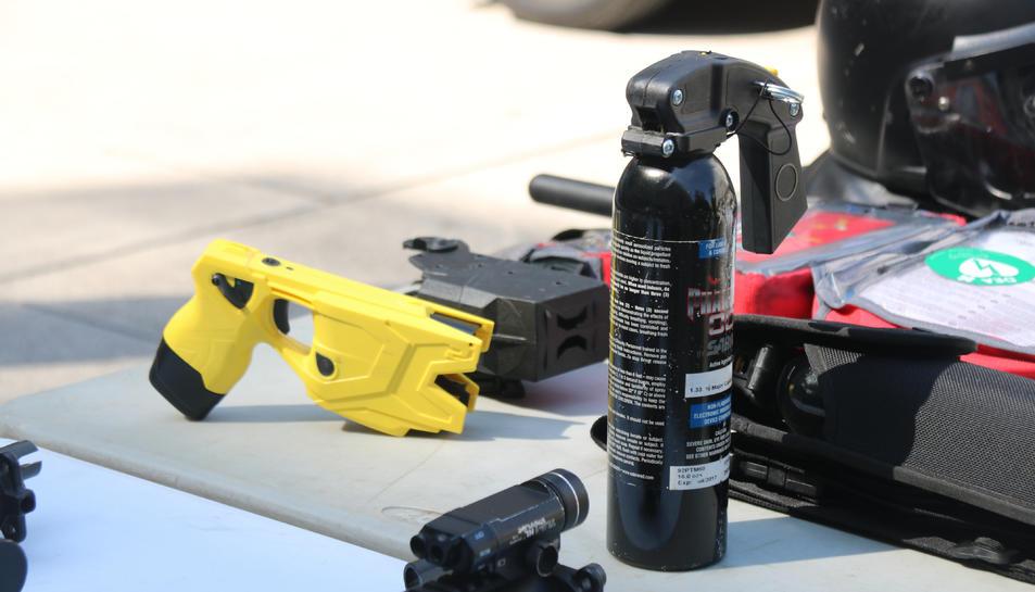 Una arma d'electroxoc o pistola tàser i un dispensador de gas pebre, dos elements que formen part de l'equipament de la Brigada Mòbil dels Mossos d'Esquadra.
