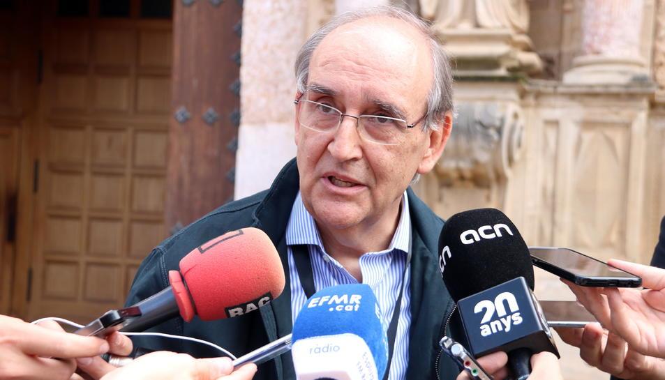 L'impulsor de la Plataforma 'El país de demà' i enginyer industrial, Antoni Garrell, en l'atenció als mitjans al Monestir de Poblet.