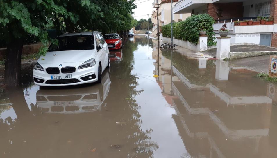Un carrer de Platja d'Aro aquest dissabte completament inundat.