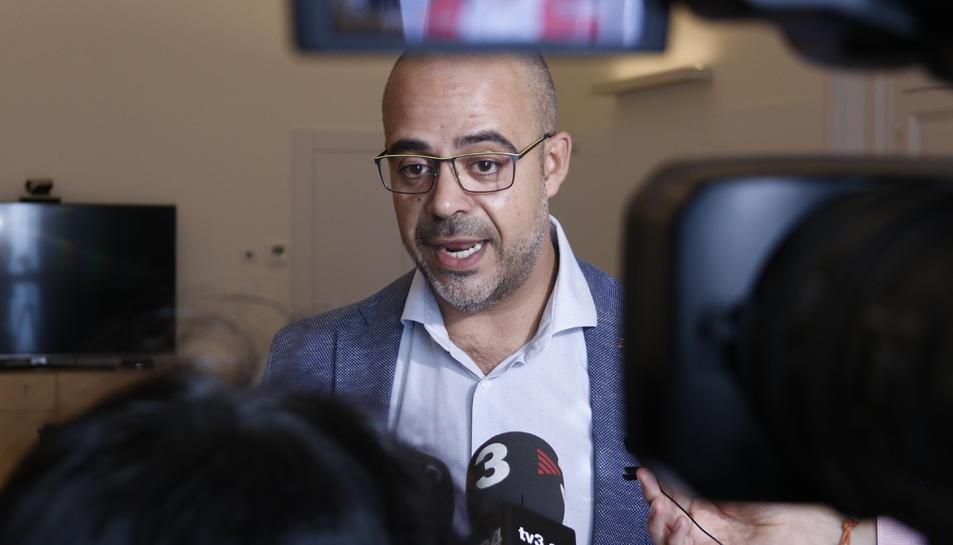 El conseller d'Interior, Miquel Buch, atenent els mitjans de comunicació.