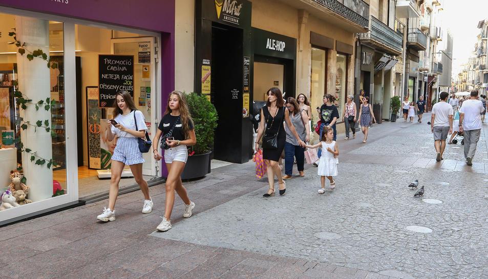 Una imatge d'arxiu del carrer Monterols, un dels més comercials.
