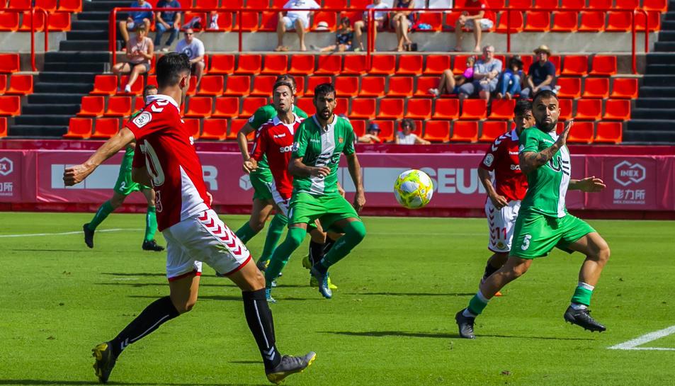 Jonathan Pereira, durant una jugada del Nàstic-Cornellà d'aquest diumenge, que va acabar en taules (2-2).