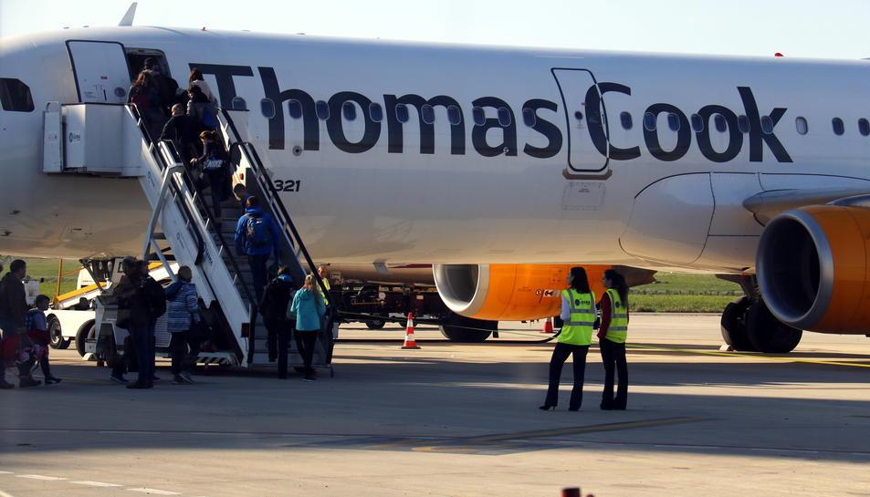 Passatgers britànics pujant a un avió de Thomas Cook a l'aeroport de Lleida-Alguaire.