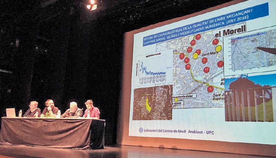 Instant de la presentació del tercer estudi de la qualitat de l'aire, al Morell.