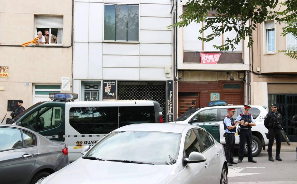 Imatge de l'operatiu policial de la Guàrdia Civil i els Mossos d'Esquadra a Sabadell.