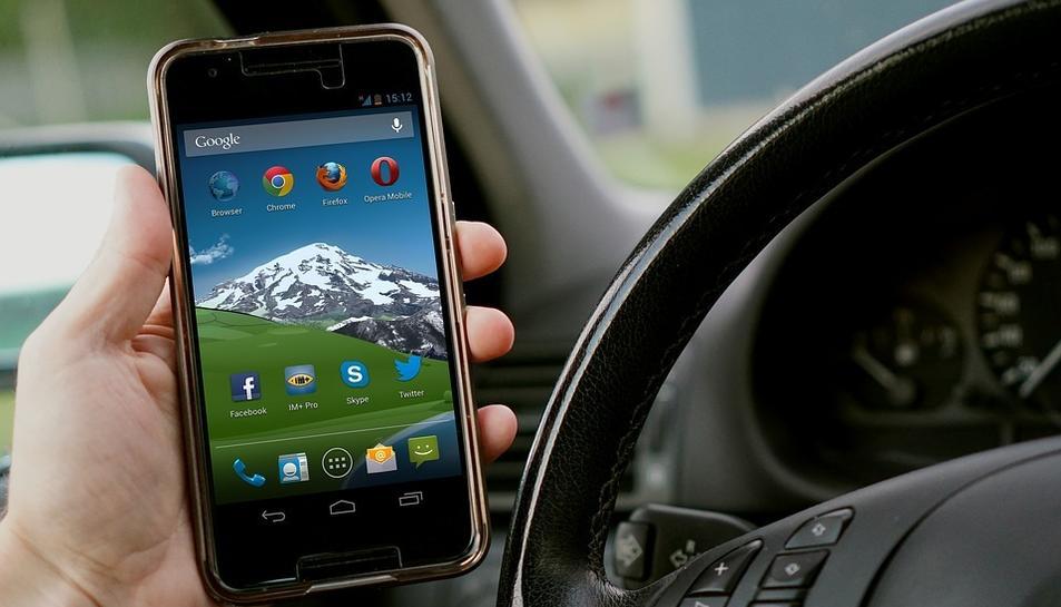 Les sancions per l'ús del telèfon són de 200 euros i la pèrdua de tres punts del carnet.
