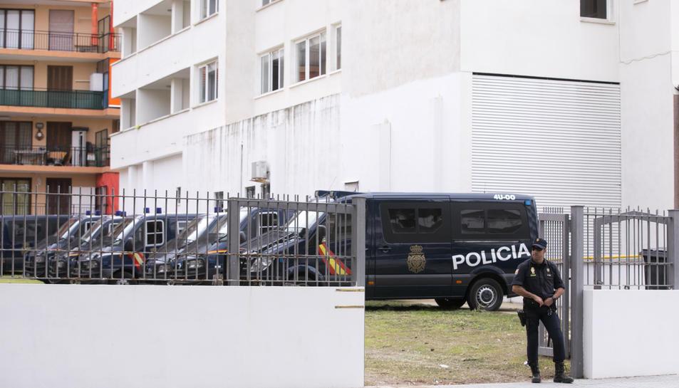 Nombroses furgonetes policials aparcades al costat de l'edifici del Negresco 2 de Salou.