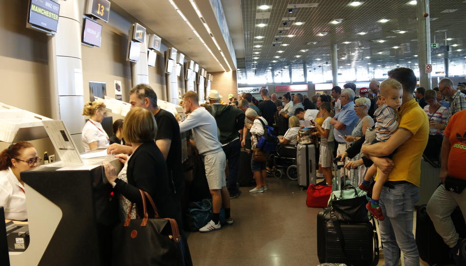 Pla general de llargues cues de passatgers per facturar a l'Aeroport de Reus en relació a la fallida de la companyia Thomas Cook. Imatge del 24 de setembre del 2019