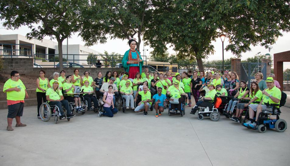 Organització i voluntaris van fer-se una foto de família en finalitzar el ball de gegants