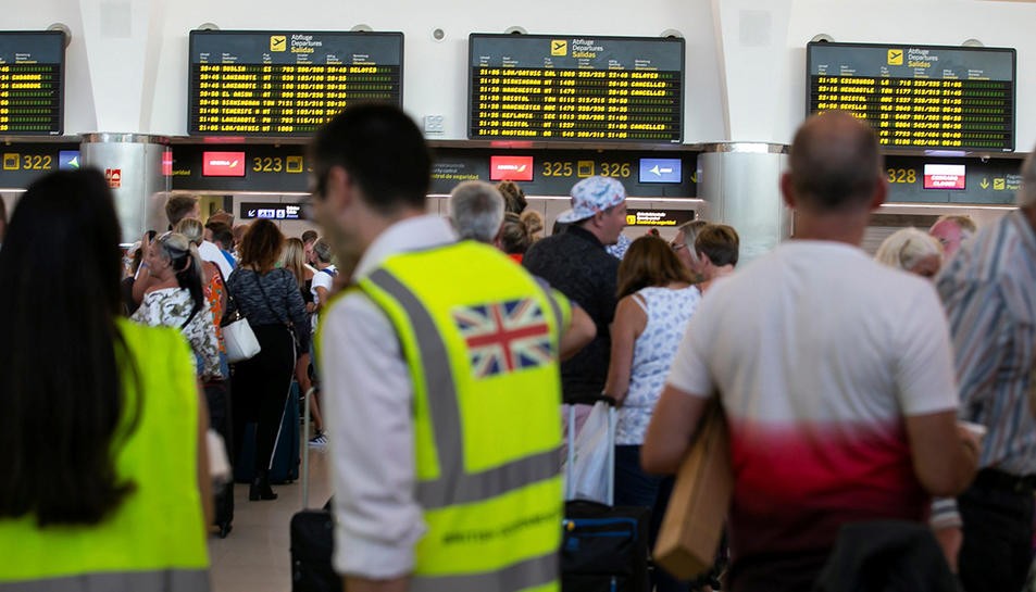 Viatgers del touroperador Thomas Cook a un aeroport esperant per facturar els seus vols.