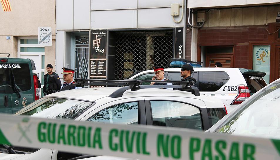 Imatge d'agents de la Guàrdia Civil i els Mossos d'Esquadra en l'operatiu per detenir nou independentistes a Sabadell, el 23 de setembre de 2019.