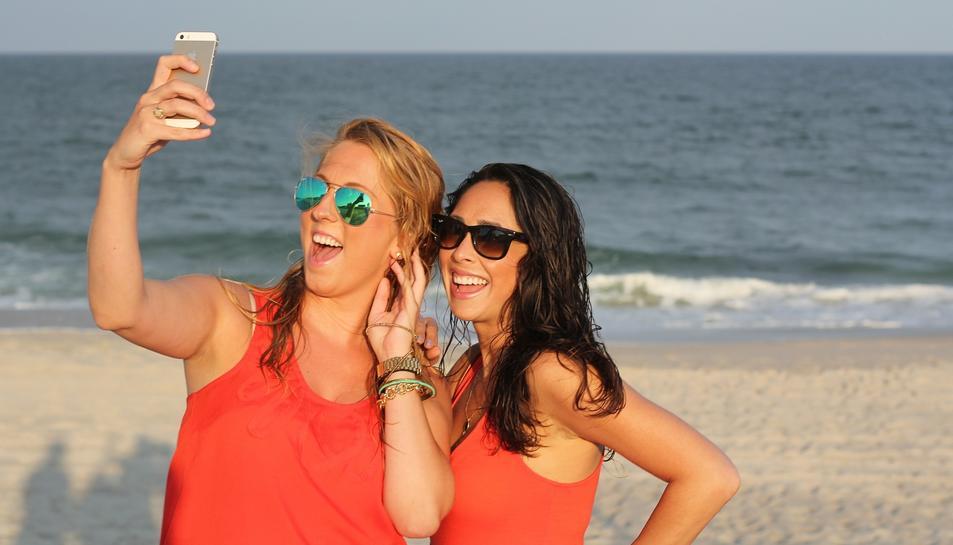 Unes joves fent-se un selfie.