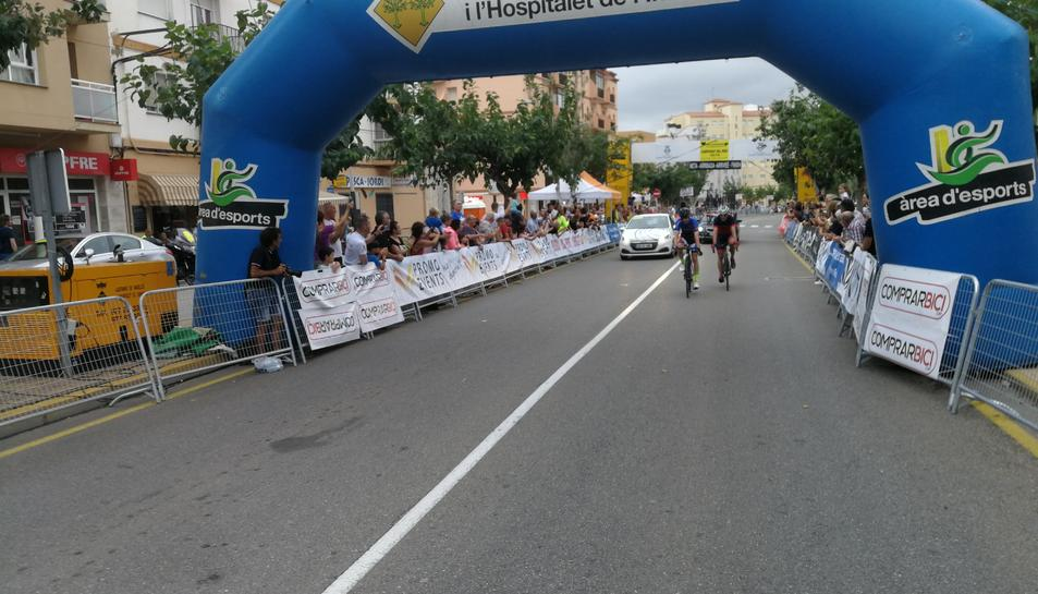 Imatge de la línia de meta de la competició de ciclisme.