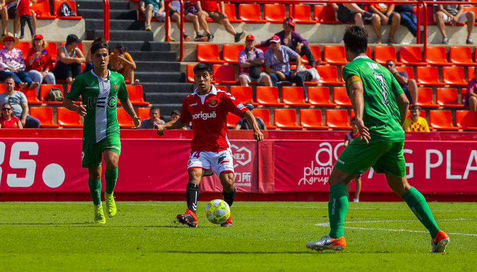 Jorge Carreón condueix una esfèrica durant el Nàstic-Cornellà del passat diumenge al Nou Estadi (2-2).