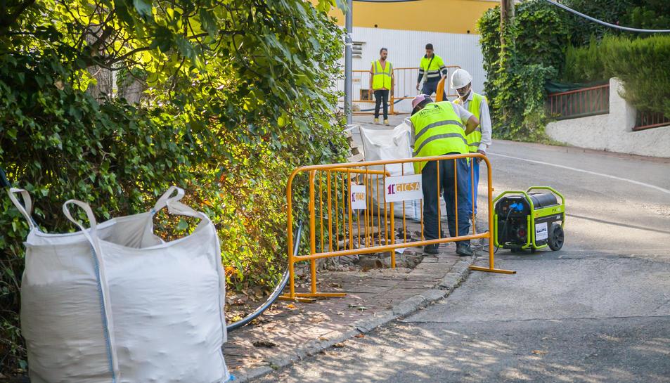La falta de neteja i renovació del paviment és una de les principals queixes dels veïns de la zona