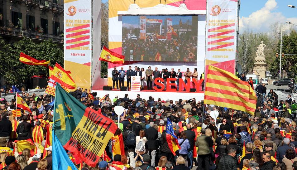 Pla obert de l'escenari de la manifestació de Societat Civil Catalana, a l'estació de França el 18 de març del 2018
