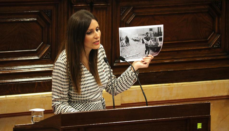 La portaveu de Cs, Lorena Roldán, ensenya una foto de l'atemptat d'ETA a Vic (1991) durant el debat.